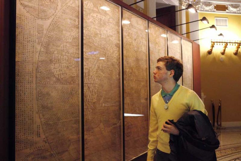 Visitante observa exposição