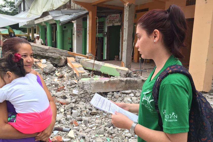 Voluntária da Hogar de Cristo, centro social da Companhia de Jesus no Equador, conversa com as famílias das áreas afetadas pelo terremoto