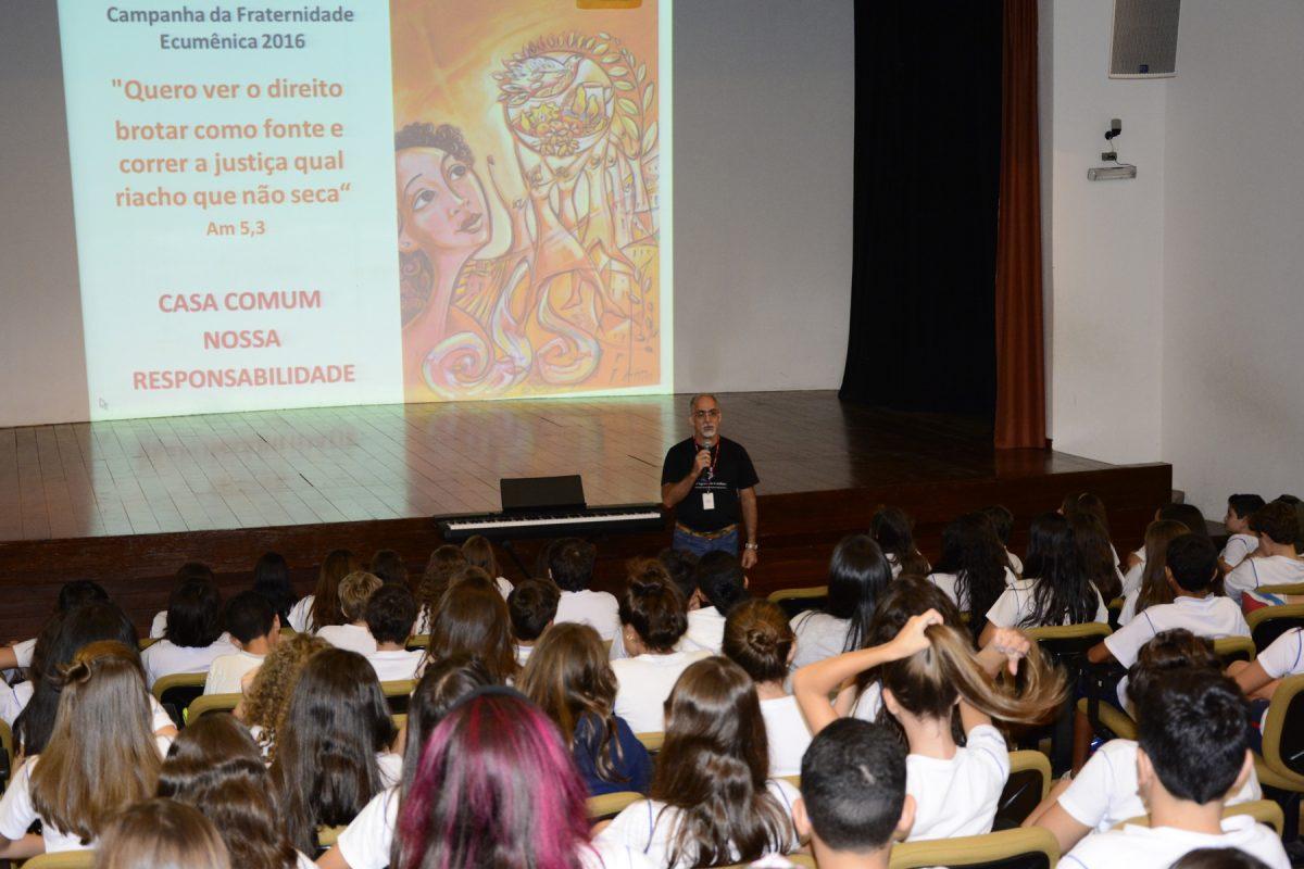 O artista plástico Anderson Augusto de Souza Pereira, responsável pelo cartaz da Campanha da Fraternidade 2016, conversou com os estudantes