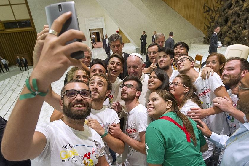 Na foto, jovens do MEJ posam para a foto com o papa Francisco