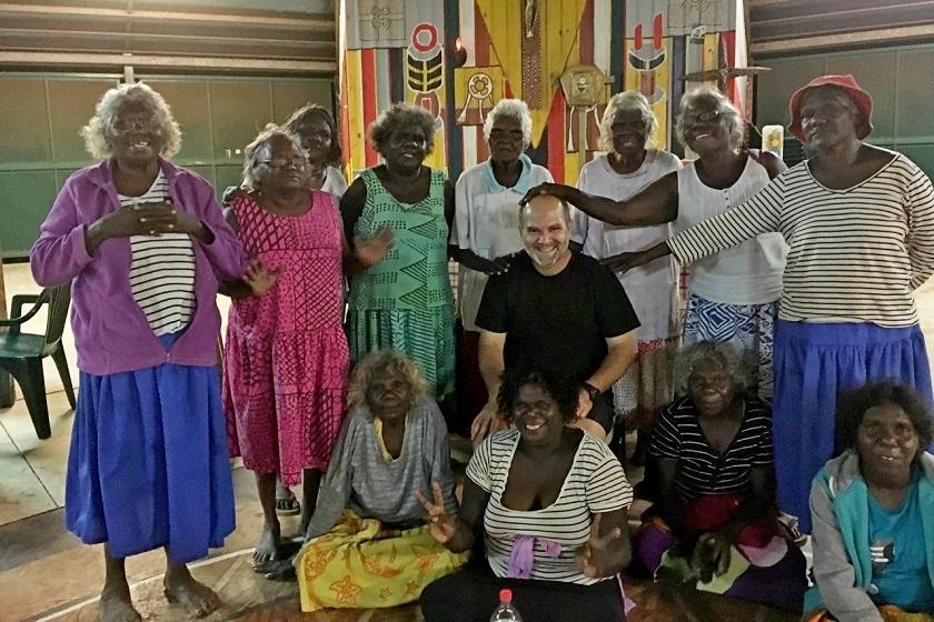 Padre Carlos Viana (centro da imagem) recebendo a benção das senhoras da Comunidade Tiwi, na Ilha de Bathurst. Terceiro experimento da Terceira Provação
