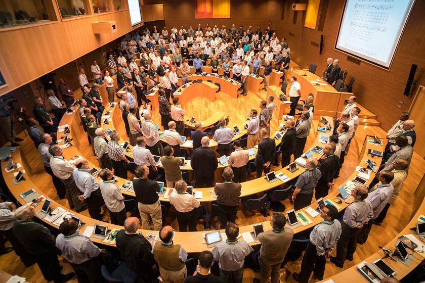 primeira-sessao-plenaria-os-delegados-cantam-veni-sancte-spiritus-ed